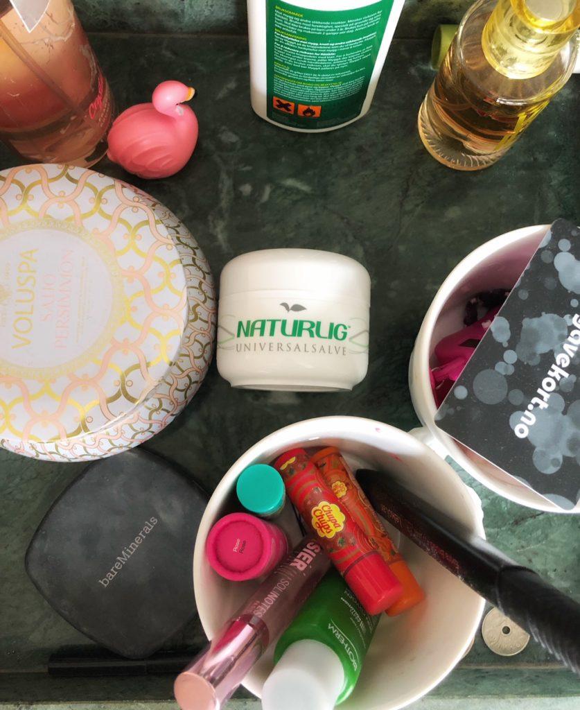 Denne står i en hylle på rommet til min datter, dette er det hun føler er mest nødvendig for en 10 åring; myggolje, parfyme, sårsalve, leppeprodukter..